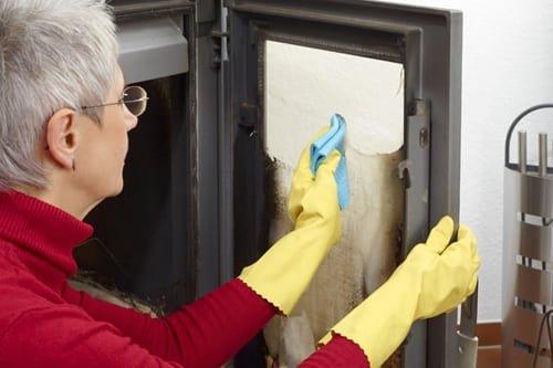 Как и чем очистить стекло камина?